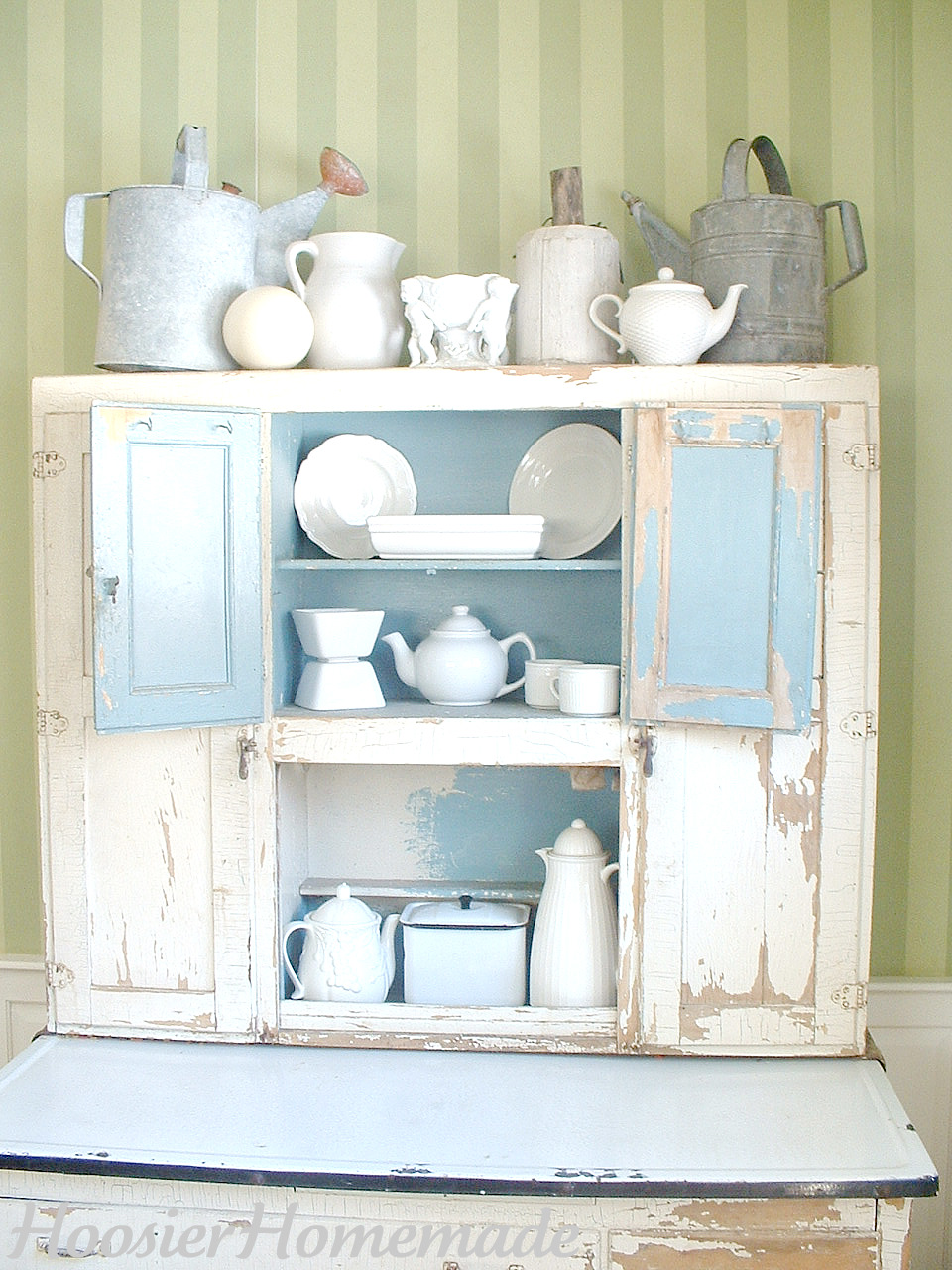 A lovely Hoosier kitchen cabinet | Auction Finds