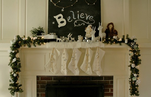 Christmas Mantel Decorating with HoosierHomemade.com