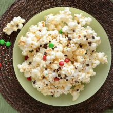 Christmas-popcorn-with-marshmellows-and-mms220