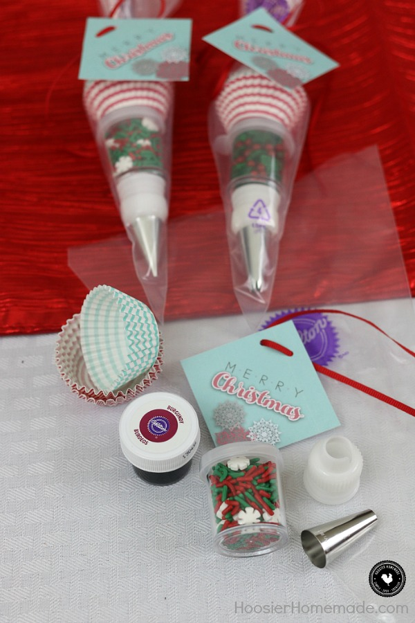 This Mini Decorating Kit Party Favor is so CUTE! Put them together in minutes for a fun take-home gift or give as a gift to your favorite bakers in your life! FREE Printable Tags too!
