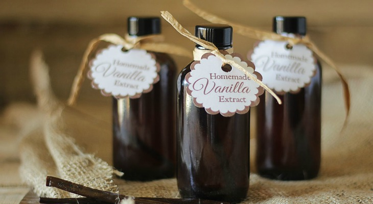 Homemade-Vanilla-Extract-for-Gifts