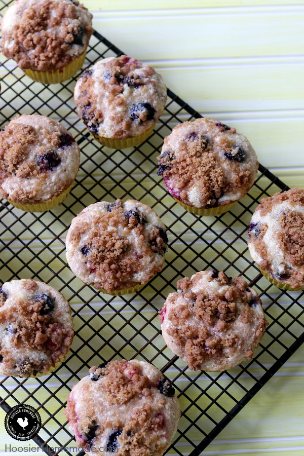 Mixed Berry Cheesecake Muffins - muffins with a hint of cinnamon, filled with a cheesecake filling with raspberries and blueberries! A sprinkle of streusel on top to add extra flavor and a little crunch. Pin to your Recipe Board!
