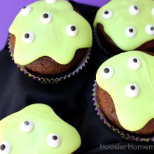 Easy Monster Eye Cupcakes for Halloween :: #Recipe on HoosierHomemade.com