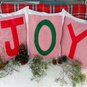 Christmas Pillows :: HoosierHomemade.com