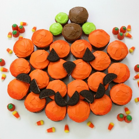 PUMPKIN PULL-APART CUPCAKES -- Fun and EASY Halloween Cupcakes
