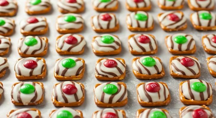 christmas-pretzel-hugs-FEATURE